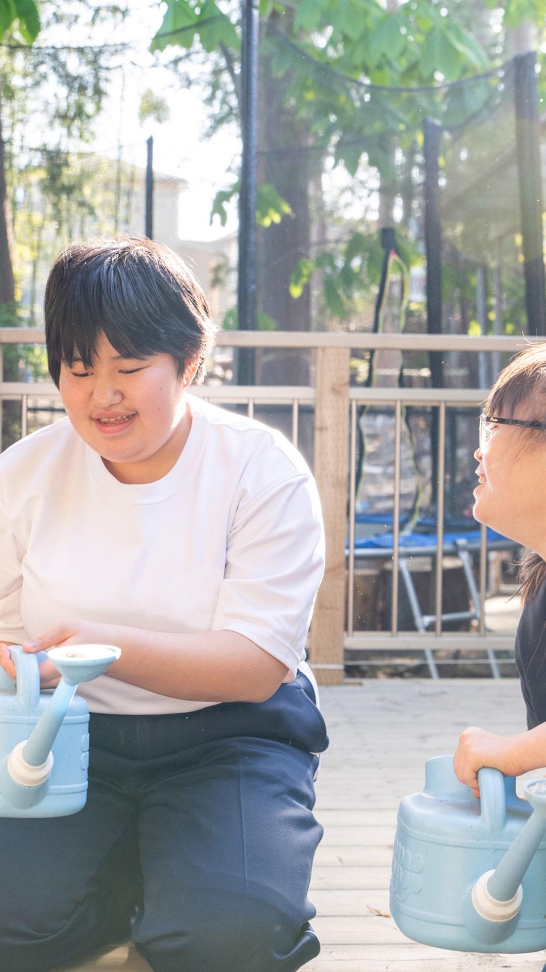 障害を持つ子供達が遊ぶ様子